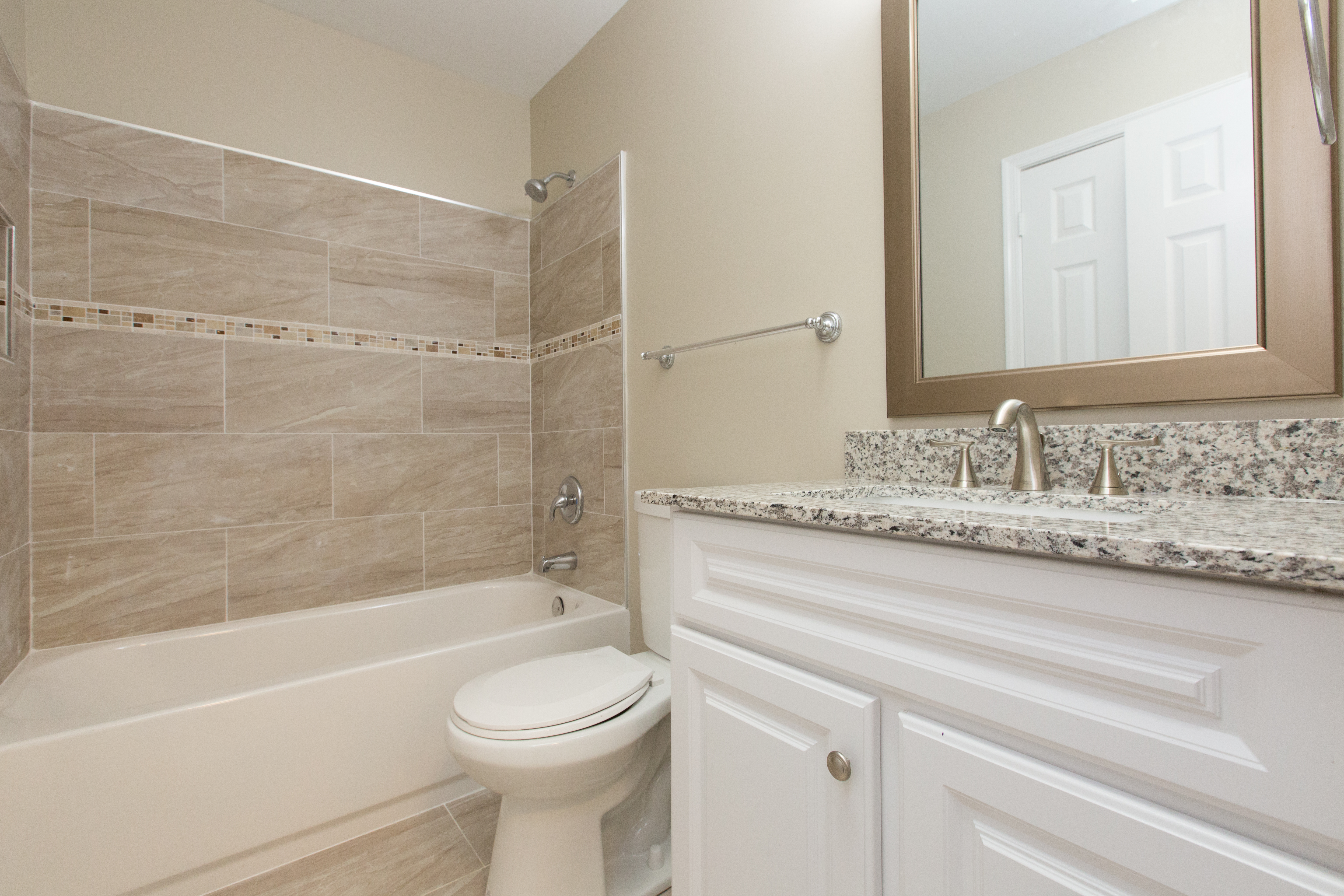 2812 Pin Oak bathroom