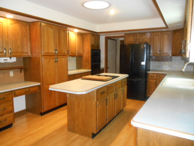 Spacious Kitchen w/Island
