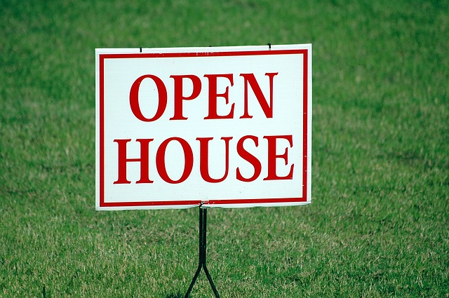 Open House sign on open green lawn