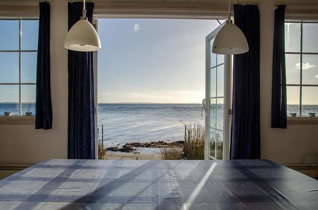 Beach cottage overlooking ocean